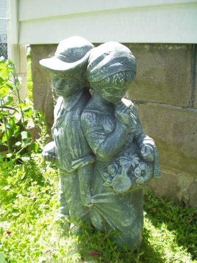 Simple_statue_in_moms_garden_2